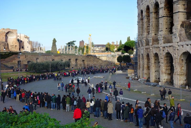 Очередь людей на Colosseum стоковые фотографии rf