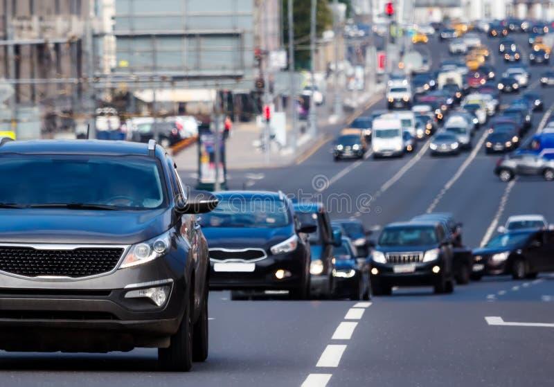 Очередь автомобилей на повороте стоковые изображения
