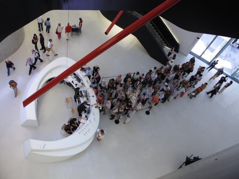 Очередь музея современного искусства стоковые фото