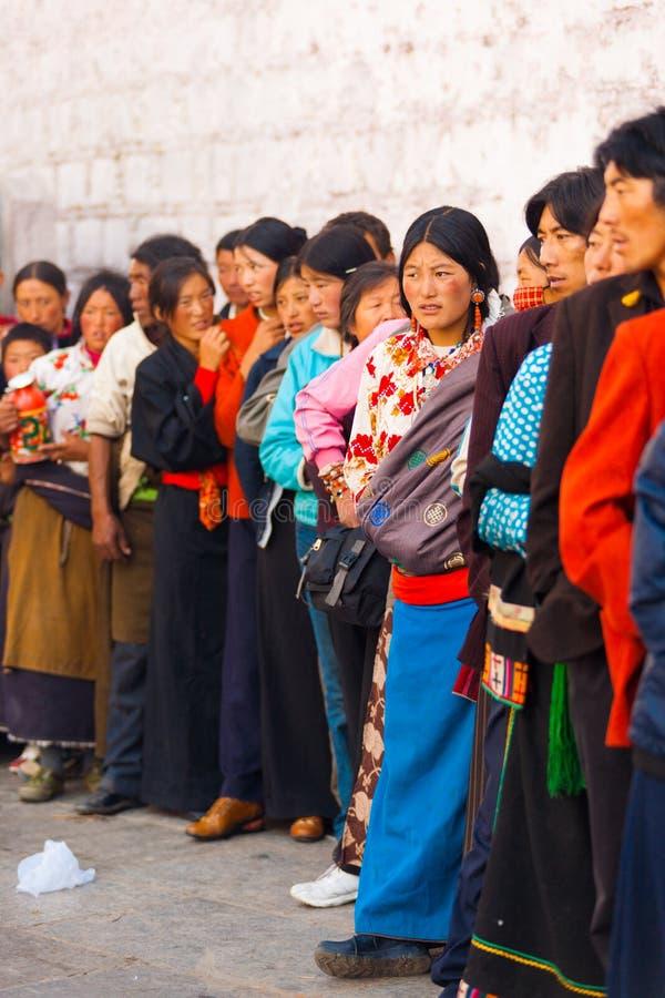 Очередь тибетцев входит висок Лхасу Jokhang стоковая фотография