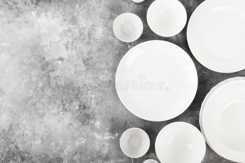 Очистите белый tableware на серой предпосылке Взгляд сверху, космос экземпляра стоковые фото