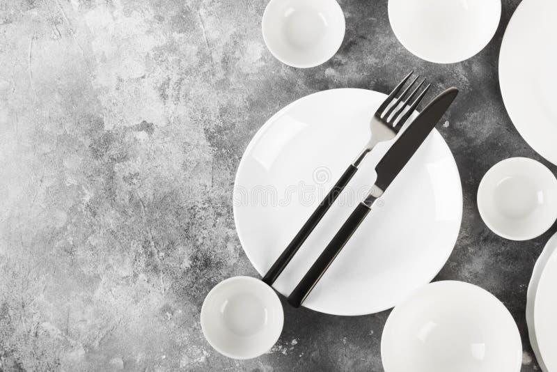 Очистите белый tableware на серой предпосылке Взгляд сверху, космос экземпляра стоковая фотография