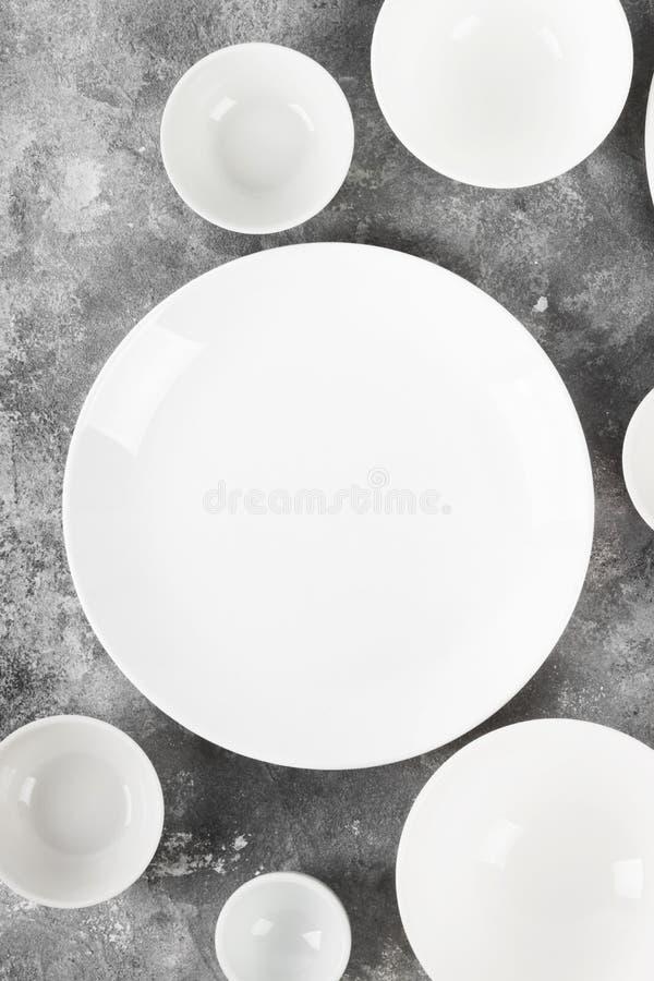 Очистите белый tableware на серой предпосылке Взгляд сверху стоковые фотографии rf