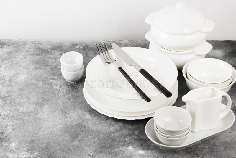 Очистите белый tableware на серой предпосылке скопируйте космос стоковые фотографии rf