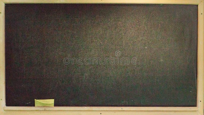 Очистите доску мела на деревянной стене для предпосылки Текстура для предпосылки воспитательных или дела стоковая фотография rf