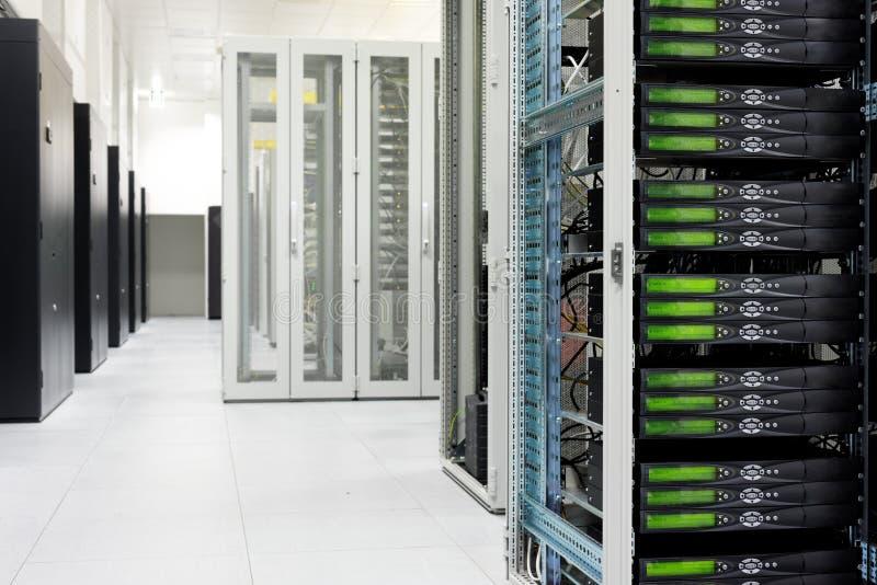 Очистите промышленный интерьер комнаты сервера стоковые фотографии rf