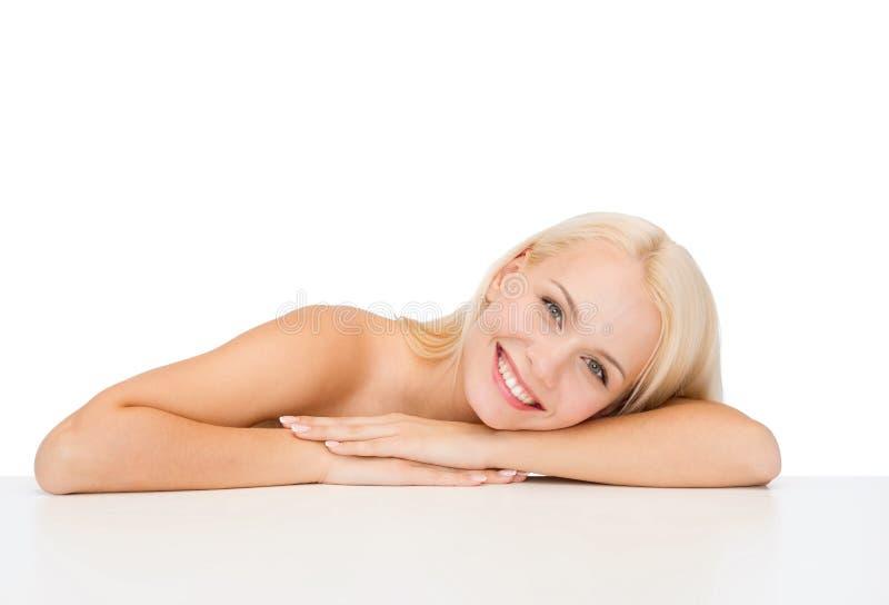 Очистите сторону и плеча красивой молодой женщины стоковая фотография rf