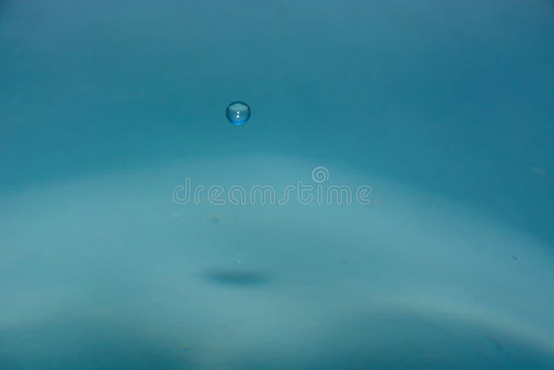 очистьте воду падения стоковое фото