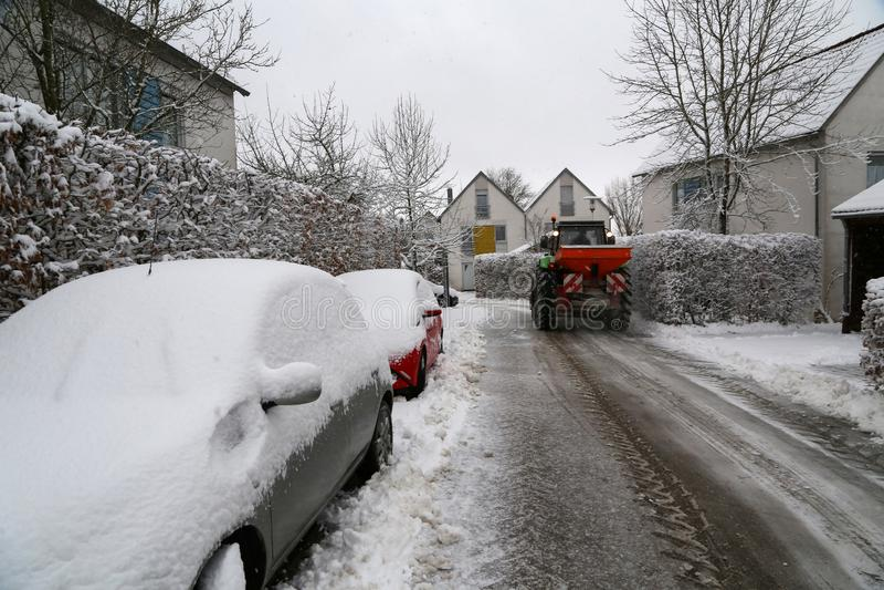 Очищать свежего снега на улицах маленького города стоковые изображения rf