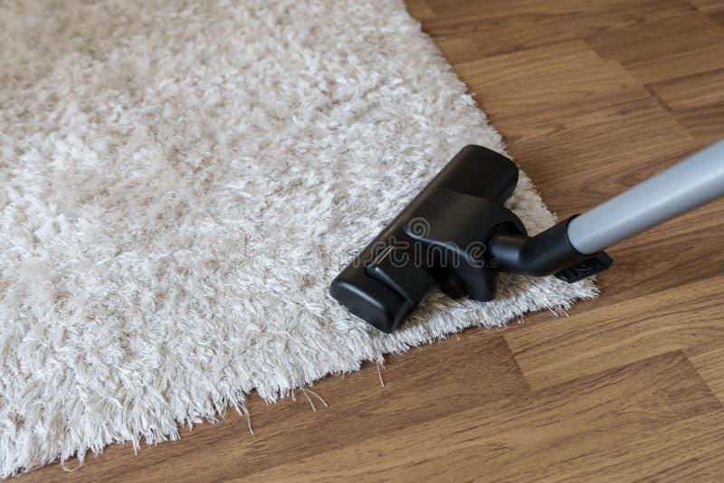 Очищая белые ковер, пыль чистки пылесоса и нечистота на ковре в живущей комнате стоковая фотография rf
