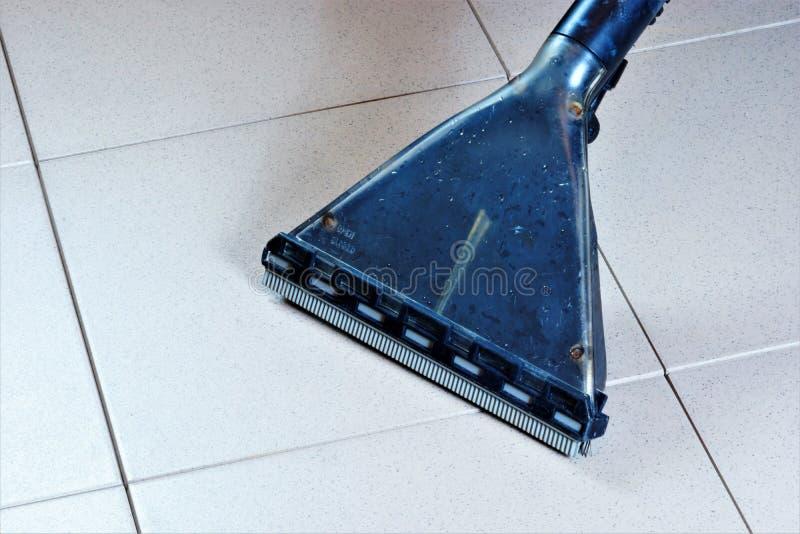 Очищая вакуум пола плитки поверхностный влажный, санитарное восстановление чистое твердых частиц Поддерживайте безопасную чистоту стоковые фотографии rf
