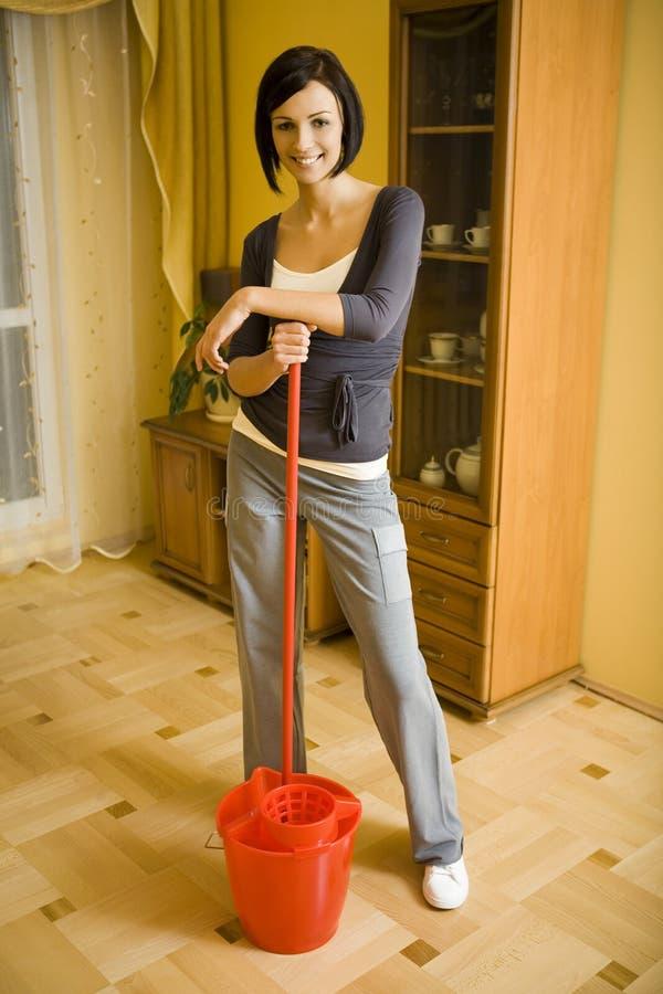 очищая счастливая женщина стоковая фотография rf