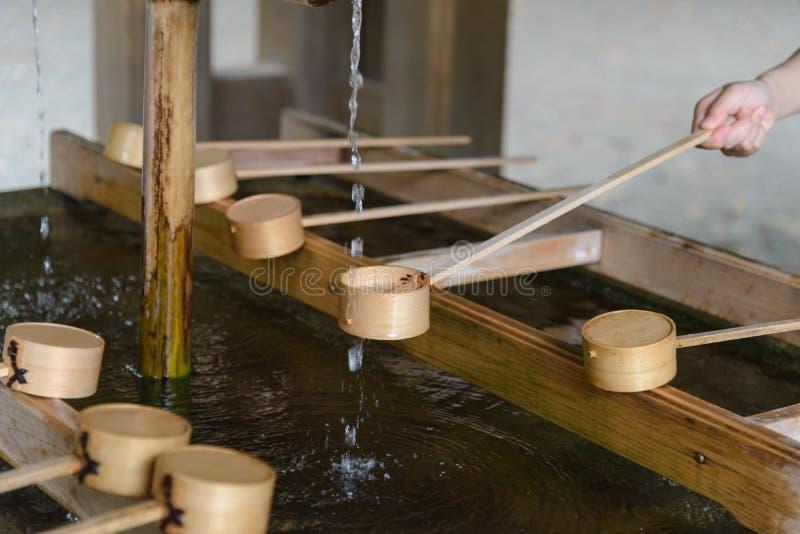 Очищая церемония, павильон мытья руки раньше вписать ворота святыни в Японию вероисповедание и культура стоковое изображение