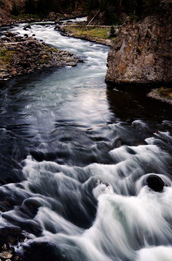 Очищенность потока реки пропуская чистая вниз трясет стоковая фотография