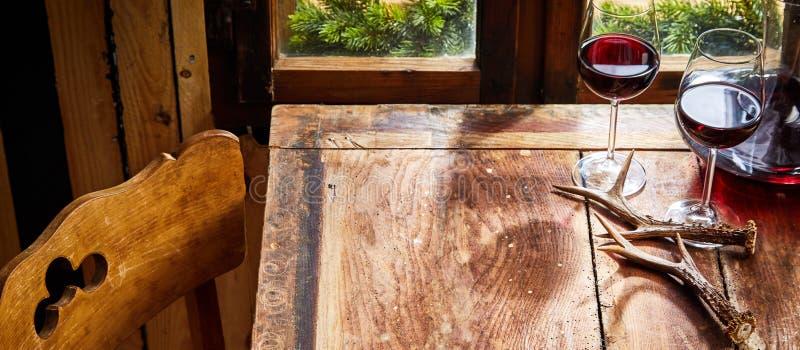 Очки красного вина в загородной таверне стоковые фото