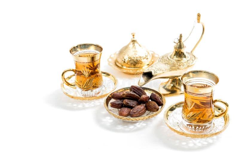 Очки чая датируются белым фоном Восточное гостеприимство стоковая фотография rf