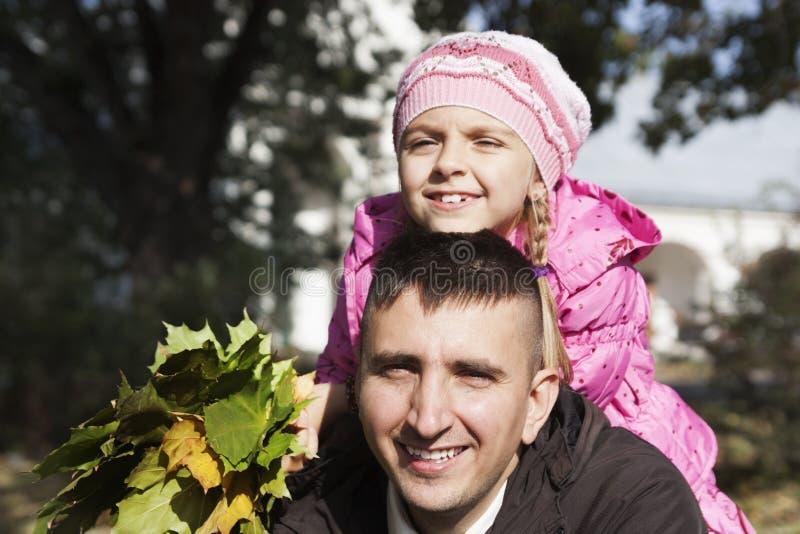 дочь будет отцом ее обнимать стоковые изображения rf