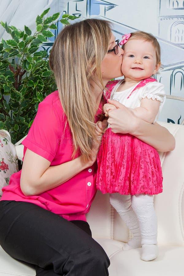 дочь ее целуя мать стоковые фото
