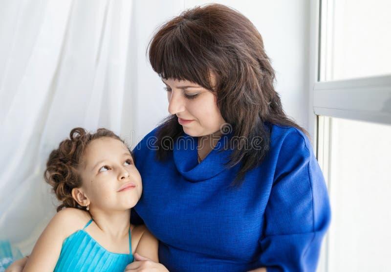 дочь каждая смотря мать другое стоковое фото rf