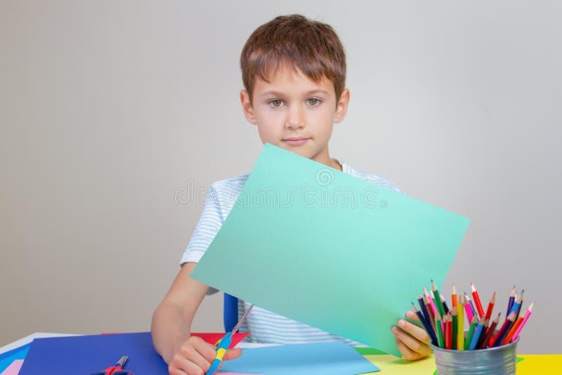 Оягнитесь бумага вырезывания покрашенная с ножницами на таблице стоковое изображение