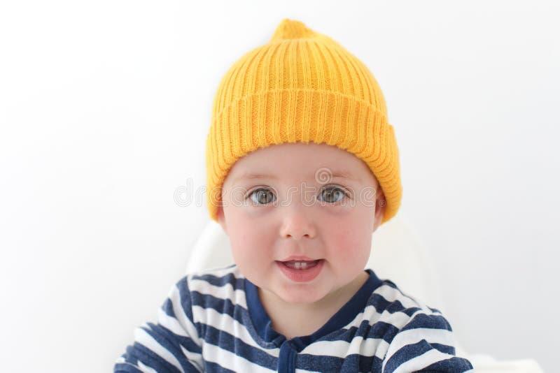 Оягнитесь в желтой шляпе с студией 2 первой зубов стоковые изображения rf