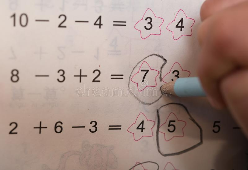 Оягнитесь делать домашнюю работу простых вычитания & добавления стоковые изображения