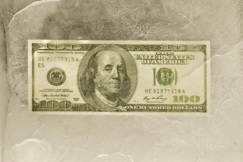 100 долларовых банкнот, который замерли в льде стоковые изображения rf