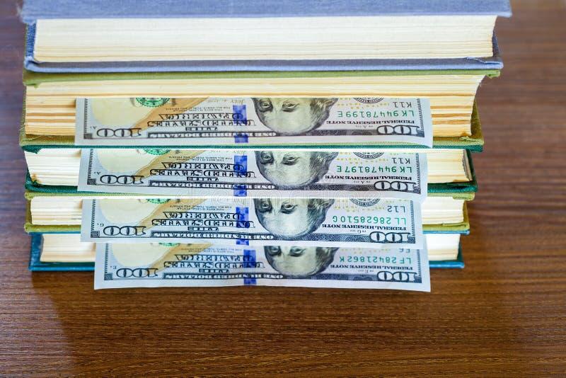 100 долларов лож между страницами стоковая фотография