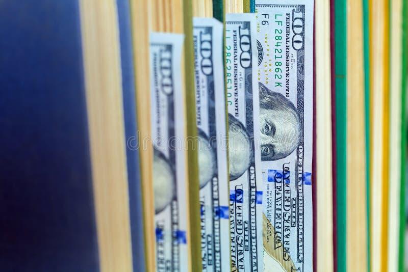 100 долларов лож между страницами стоковое фото