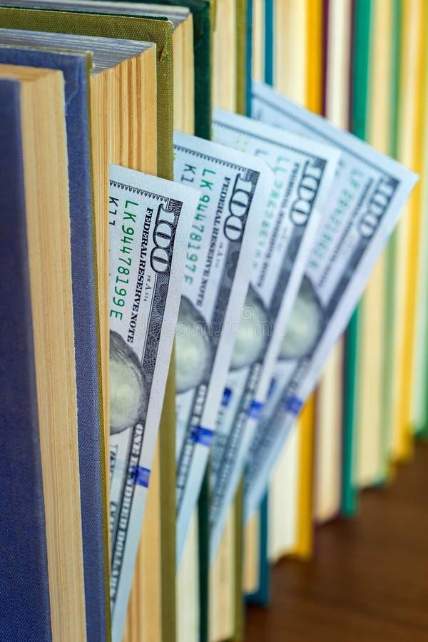 100 долларов лож между страницами стоковые изображения rf