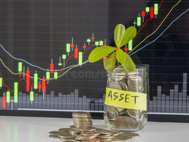 100 долларов США бумажных денег и монеток денег с деньгами в опарнике против предпосылки конспекта фондовой биржи стоковая фотография rf