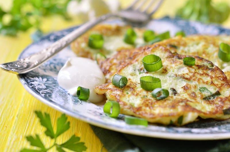 Оладь оладьи цветной капусты и брокколи с сыром стоковое изображение rf