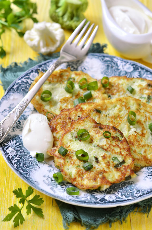 Оладь оладьи цветной капусты и брокколи с сыром стоковые фотографии rf
