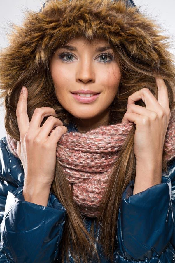 Одежда зимы молодой красивой женщины нося и клобук меха стоковые изображения rf