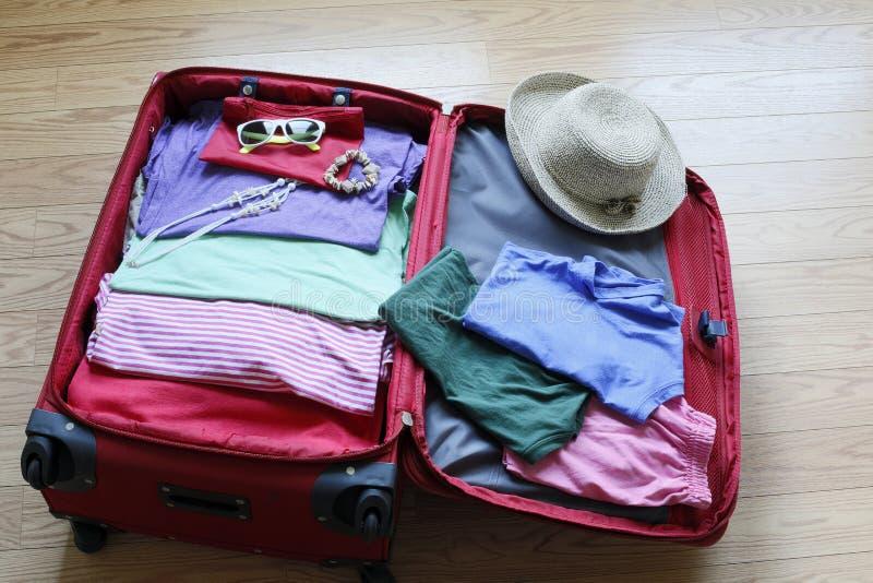 Одежда упаковки вверх по подготовительному к путешествовать стоковые фотографии rf