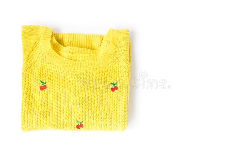 Одежды взгляд сверху желтые вязать свитер на белой предпосылке, wor стоковое фото rf