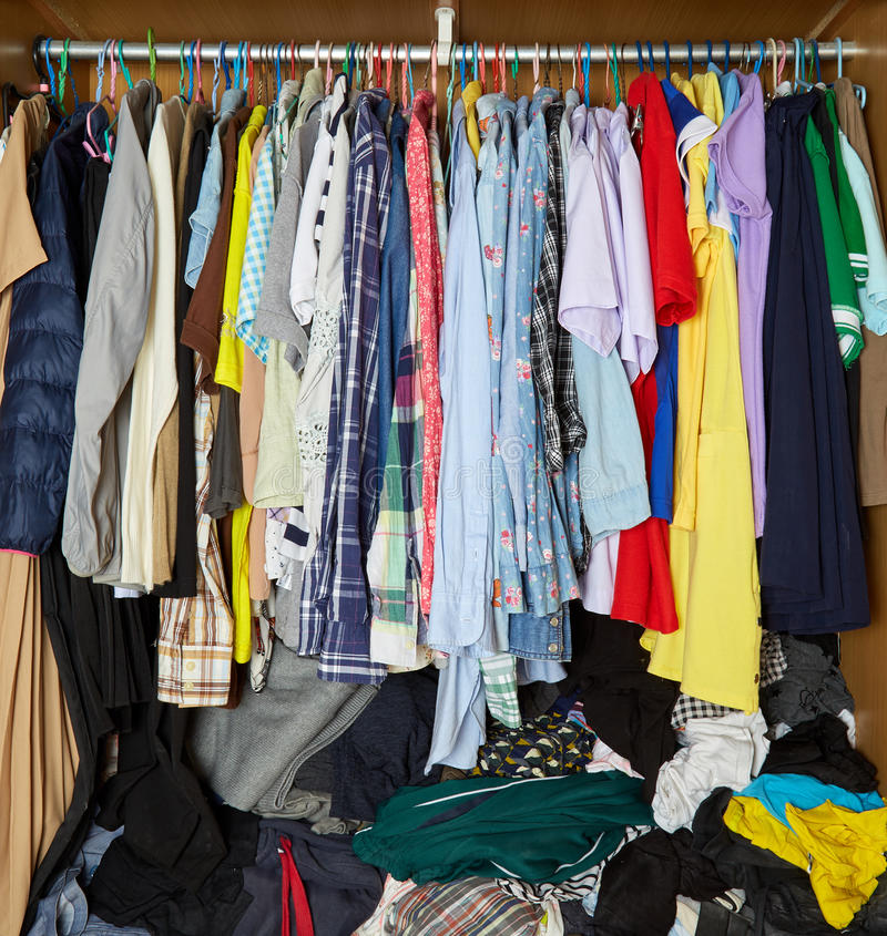 Одежды в шкафе стоковые фото