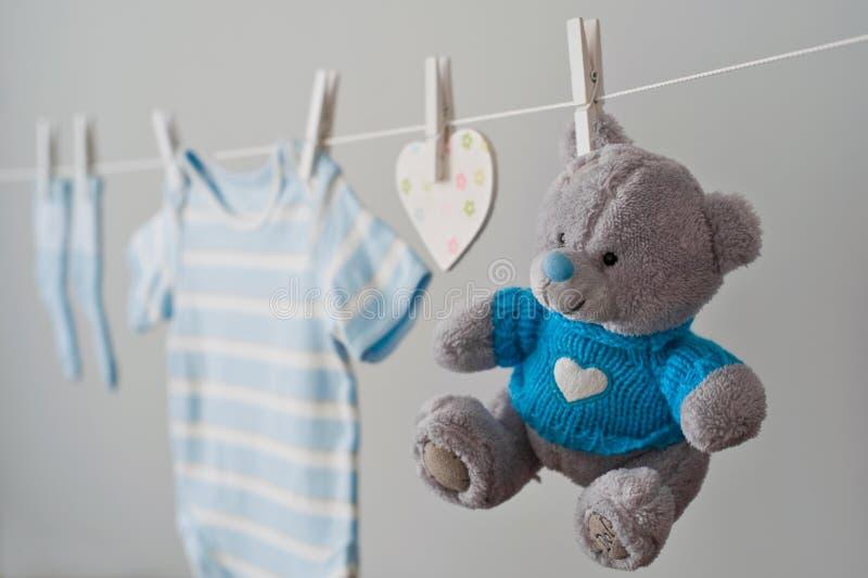 Одежды голубого младенца на веревке для белья стоковое фото rf