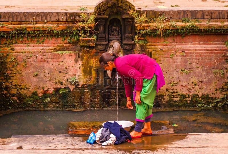 Одежды женщины моя в Bhaktapur стоковое фото