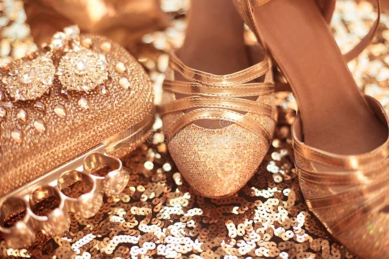 Одежды и аксессуары женщин золотисто ботинки способа дороге стоковое изображение