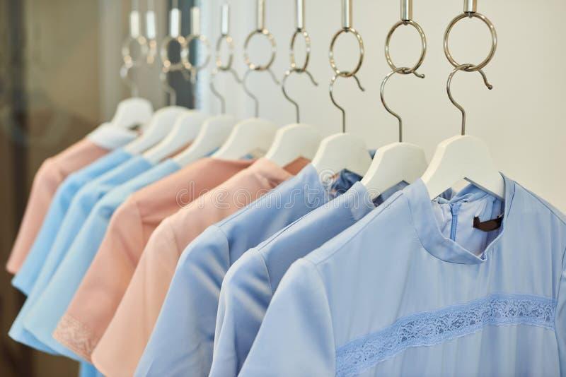 Одежды на магазине одежды стоковое изображение rf