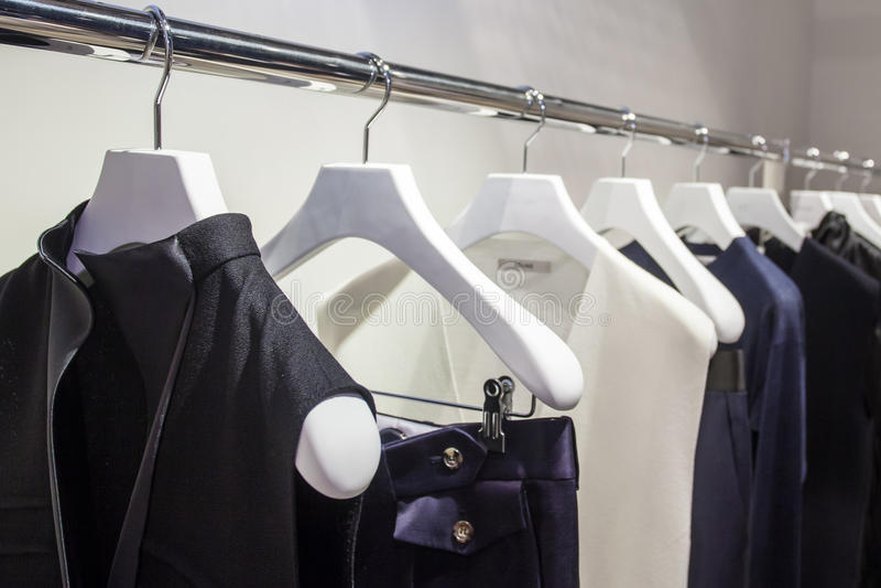 Одежды на шкафе стоковое изображение rf
