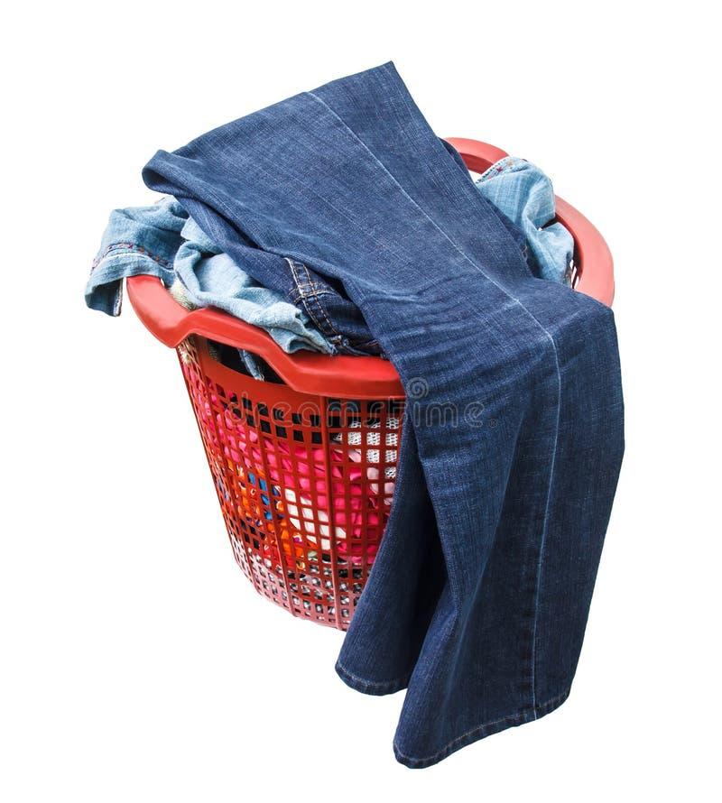 Одежды не помыты в красной пластичной корзине стоковое фото