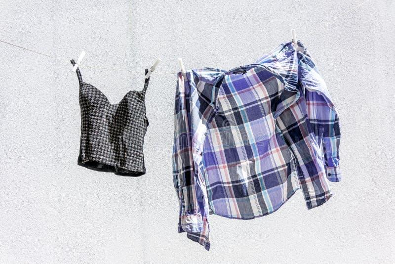 одежды сушат повиснуто вне к стоковая фотография