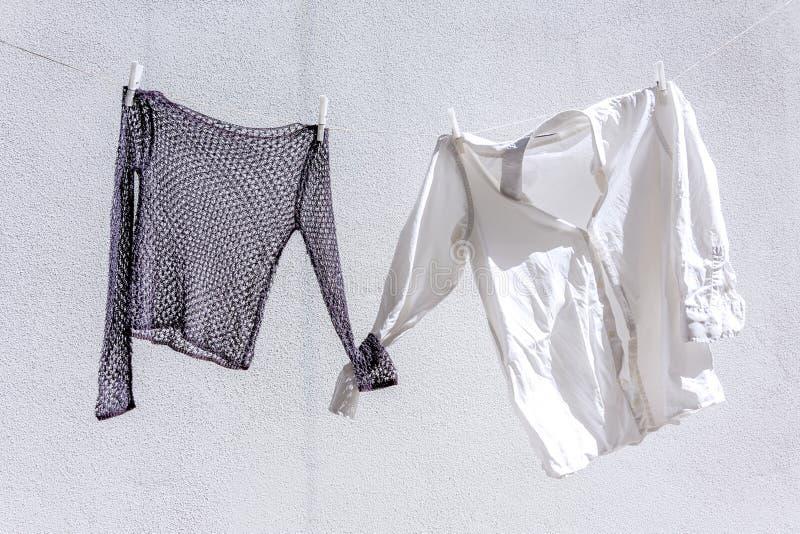 одежды сушат повиснуто вне к стоковое фото rf