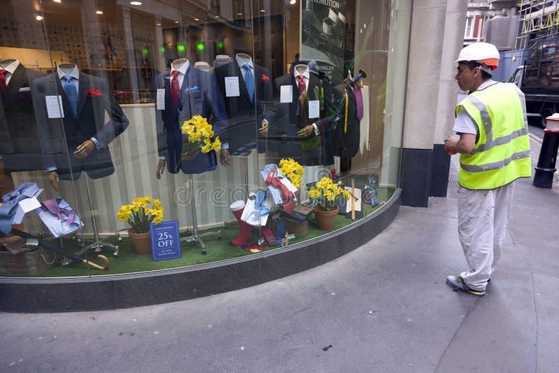 Одежды хранят с костюмами для бизнесменов в городе Лондона с стоковое фото rf