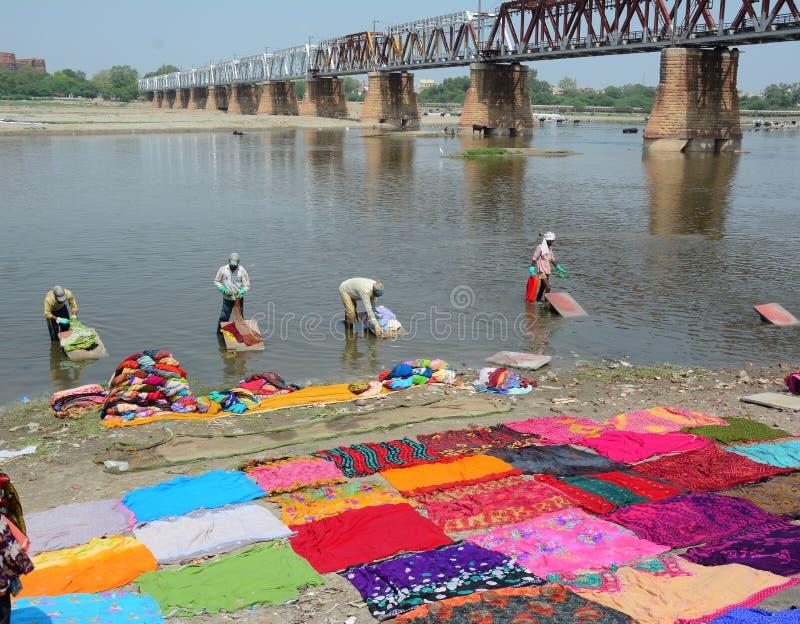 Одежды людей моя на реке стоковые фотографии rf
