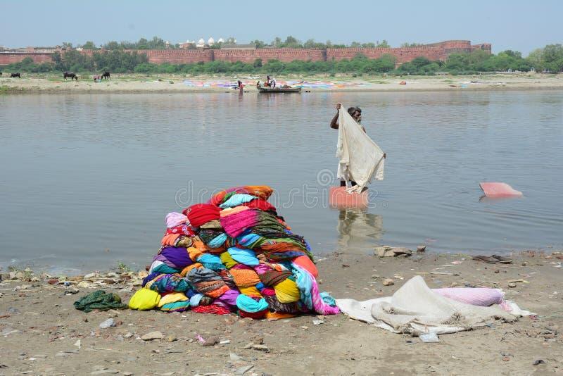 Одежды людей моя на реке стоковые изображения