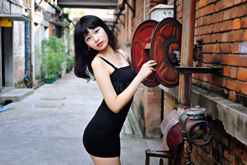 Оденьте сексуальную девушку в районе искусств стоковая фотография