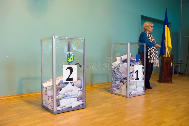 Одесса, Украина - 25-ое октября 2015: Урна для избирательных бюллетеней для голосуя голосования стоковые изображения rf